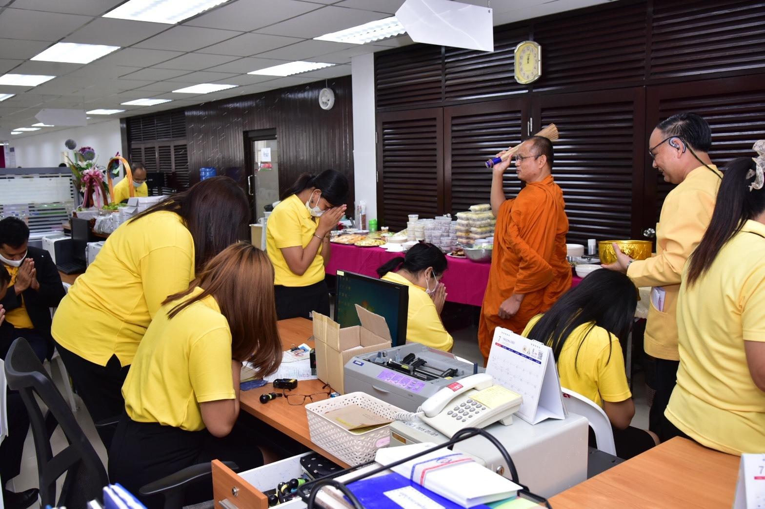 ผู้บริหารกรมการจัดหางาน  ร่วมทำบุญเลี้ยงพระ ที่ทำการ สจก. 8 แห่งใหม่