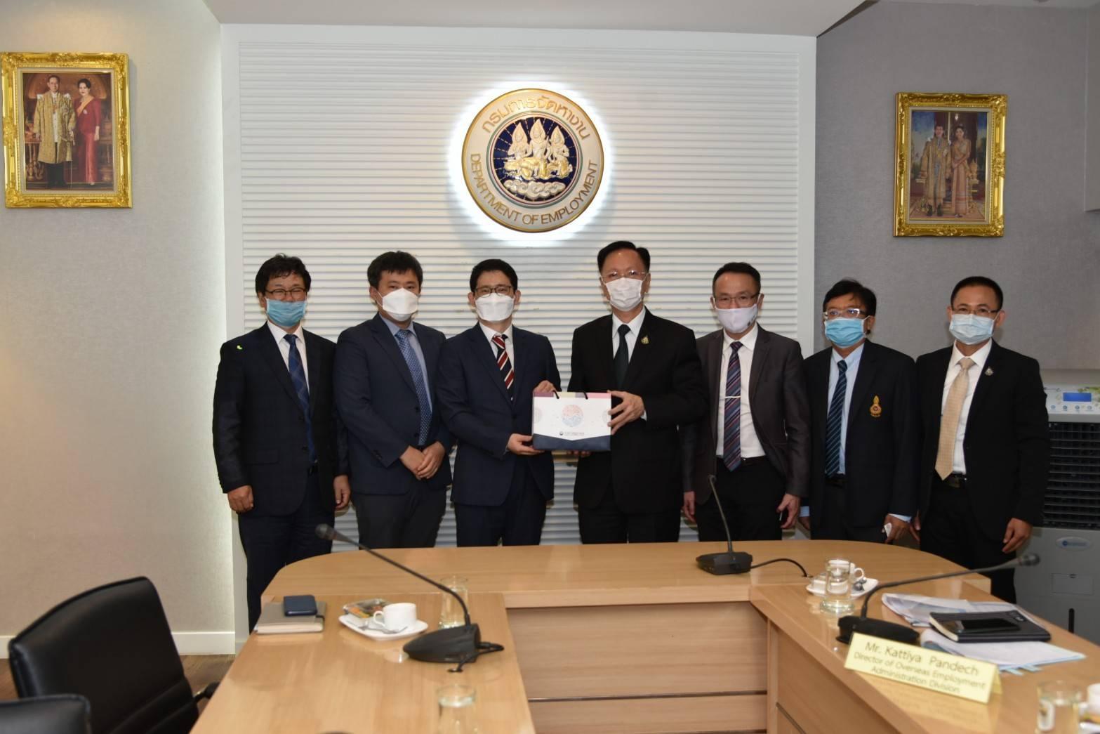 อธิบดีกกจ. ให้การต้อนรับนายฮา แทอุค กงสุลใหญ่ สถานเอกอัครราชทูตสาธารณรัฐเกาหลี ในโอกาสเข้าเยี่ยมฯ