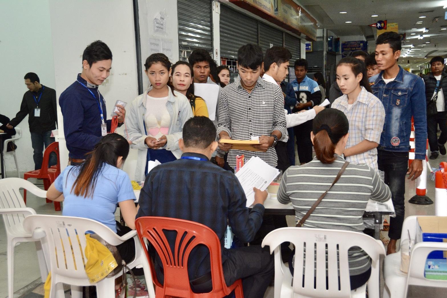 รมว.แรงงานไทย-กัมพูชา ตรวจเยี่ยมศูนย์พิสูจน์สัญชาติกัมพูชา ที่อิมพีเรียล ลาดพร้าว กัมพูชาเตรียมนำรถโมบายเคลื่อนที่ออกพิสูจน์สัญชาติในจังหวัดที่มีแรงงานมาก ขณะที่ไทยเตรียมเสนอ ครม. ราวต้นปี 2561 ขยายเวลาพิสูจน์สัญชาติถึง 30 มิ.ย. 61