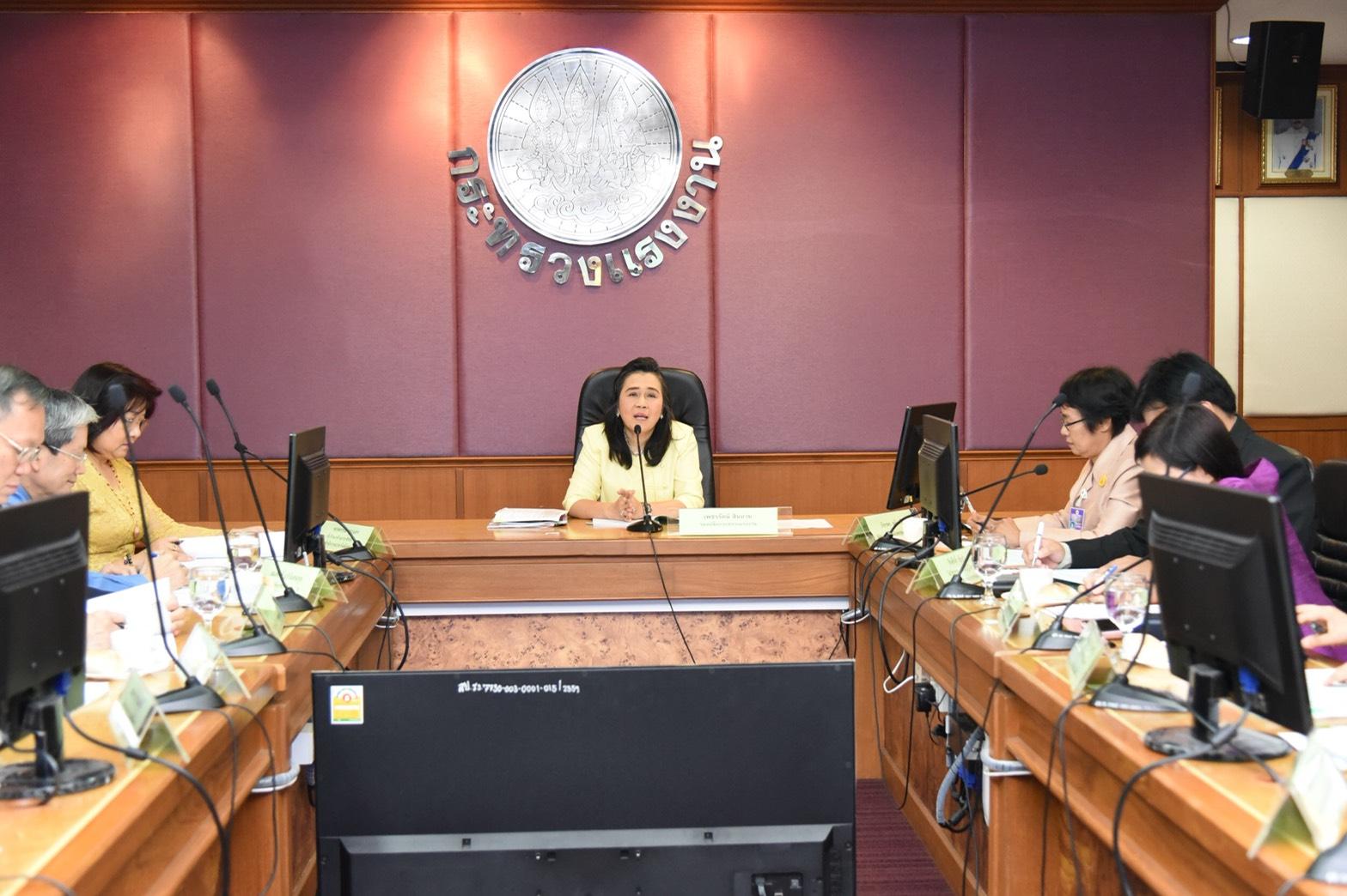 นางเพชรรัตน์ สินอวย รองปลัดกระทรวงแรงงาน ประธานประชุมคณะกรรมการกำกับ ดูแล และติดตามการดำเนินการศูนย์บริการร่วมกระทรวงแรงงาน ครั้งที่ 2/2561