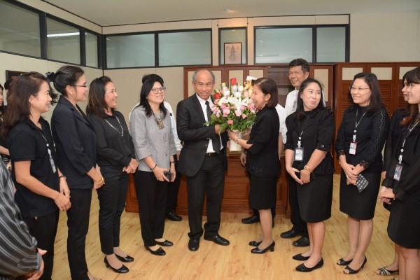 ผู้บริหาร ข้าราชการและเจ้าหน้าที่กรมการจัดหางาน ร่วมแสดงความยินดีกับนายศักดิ์สกล  จินดาสวัสดิ์ ในโอกาสเข้ารับตำแหน่งรองอธิบดีกรมการจัดหางาน ณ ห้องทำงาน ชั้น 9