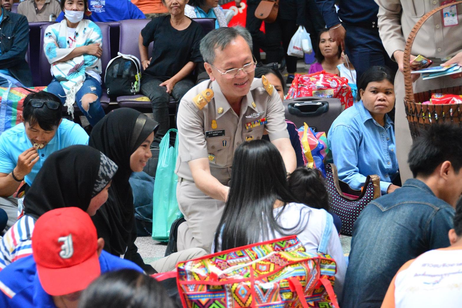 นายสุชาติ  พรชัยวิเศษกุล รองอธิบดีกรมการจัดหางาน และคณะร่วมส่งแรงงานไทยกลับบ้านช่วงเทศกาลสงกรานต์ ตามโครงการส่งแรงงานไทยกลับบ้านช่วงเทศกาลสงกรานต์ ประจำปี 2561 ซึ่งสำนักงานจัดหางานกรุงเทพมหานครพื้นที่ 1 จัดขึ้น ณ สถานีรถไฟกรุงเทพฯ หัวลำโพง กรุงเทพมหานคร