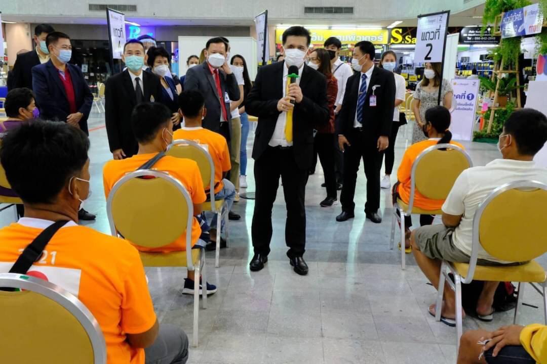 อธิบดีกรมการจัดหางาน  ตรวจเยี่ยมพร้อมให้กำลังใจแรงงานไทยที่เข้ารับการฉีดวัคซีน