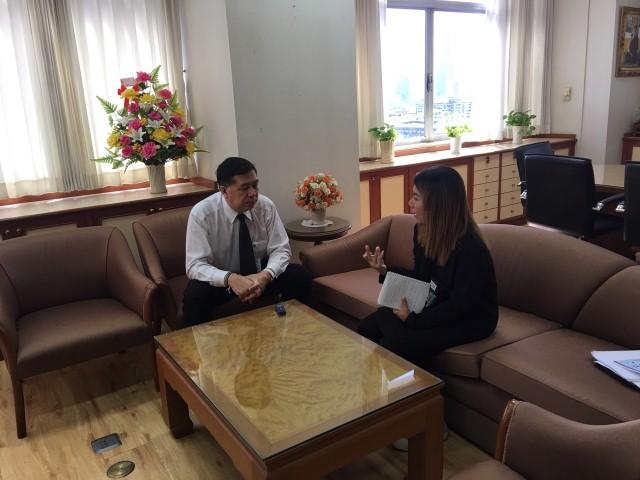 รองอธิบดีกรมการจัดหางาน ให้สัมภาษณ์ผู้สื่อข่าวสถานีวิทยุกระจายเสียงแห่งประเทศไทย (สวท.)
