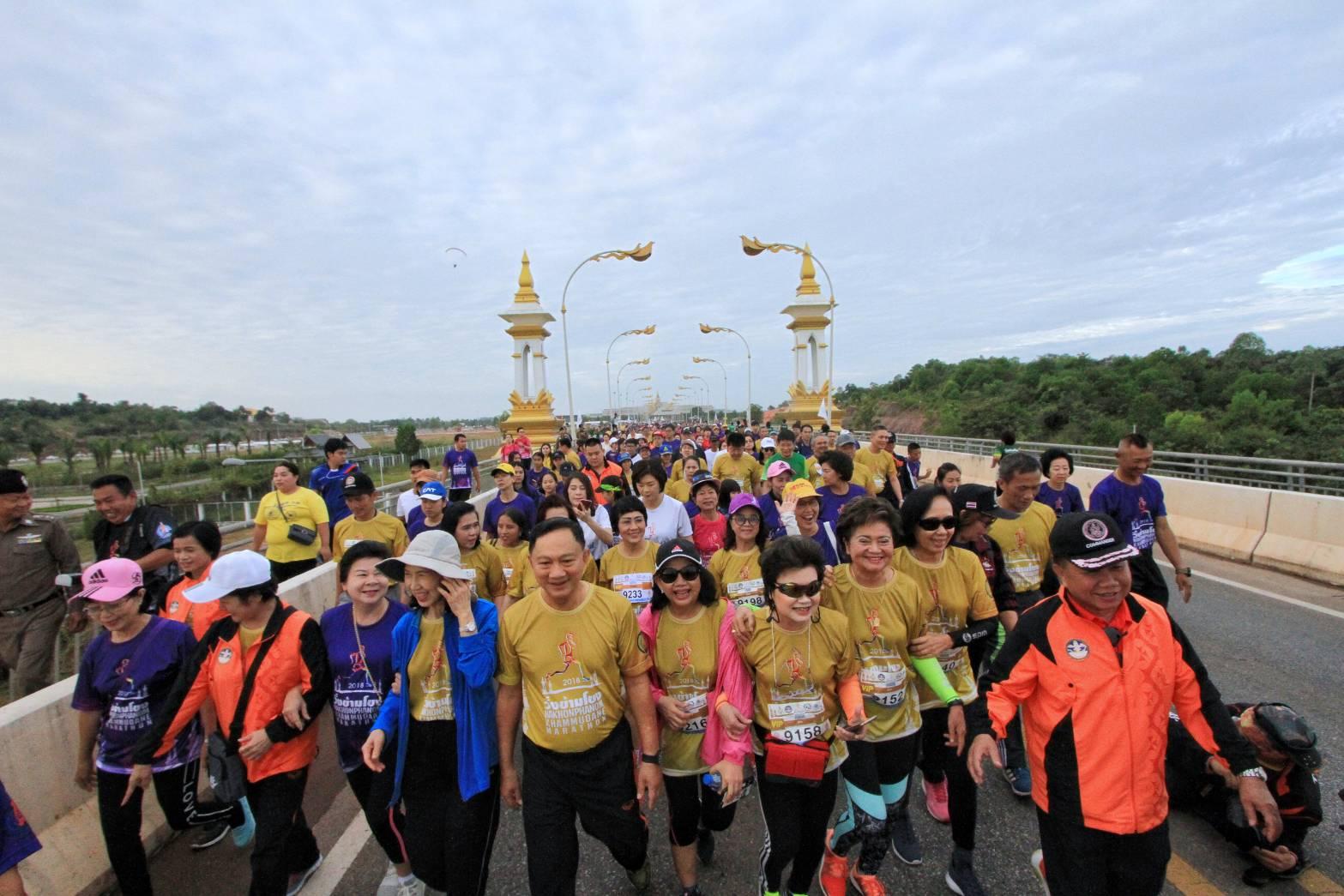 """นครพนม จัดยิ่งใหญ่ เดิน – วิ่ง ข้ามโขง """"นครพนม - คำม่วน"""" มีผู้ร่วมกิจกรรมกว่า 10,000 คน"""