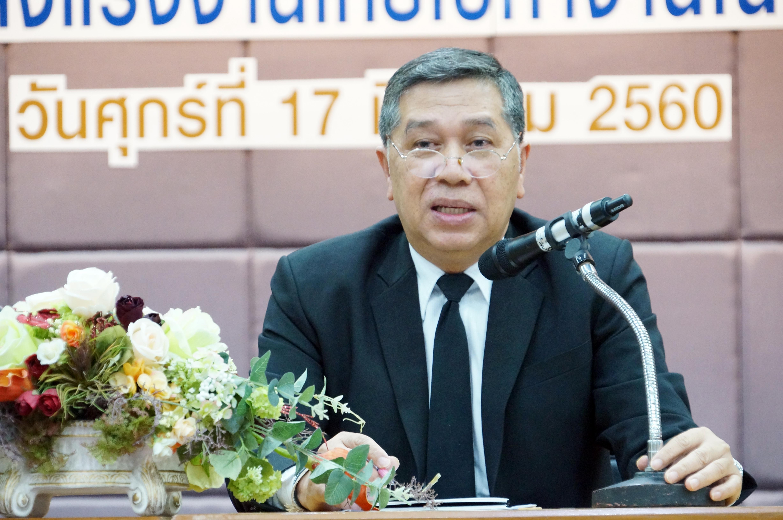 """นายสมบัติ นิเวศรัตน์ รองอธิบดีกรมการจัดหางาน ร่วมรับฟังสรุปผลการประชุมเชิงปฏิบัติการ เรื่อง """"การจัดส่งแรงงานไทยไปทำงานต่างประเทศ"""" เพื่อแลกเปลี่ยนความคิดเห็นร่วมกันทั้งในส่วนภาครัฐและเอกชนในการแก้ไขปัญหา/อุปสรรคของการจัดส่งแรงงานไทยไปทำงานต่างประเทศและการห"""