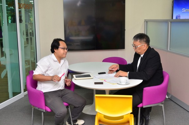 นายวรานนท์ ปีติวรรณ รองปลัดกระทรวงแรงงาน รักษาการในตำแหน่งอธิบดีกรมการจัดหางาน ให้สัมภาษณ์สื่อมวลชน ณ ศูนย์บริการจัดหางานเพื่อคนไทย (Smart Job Center)