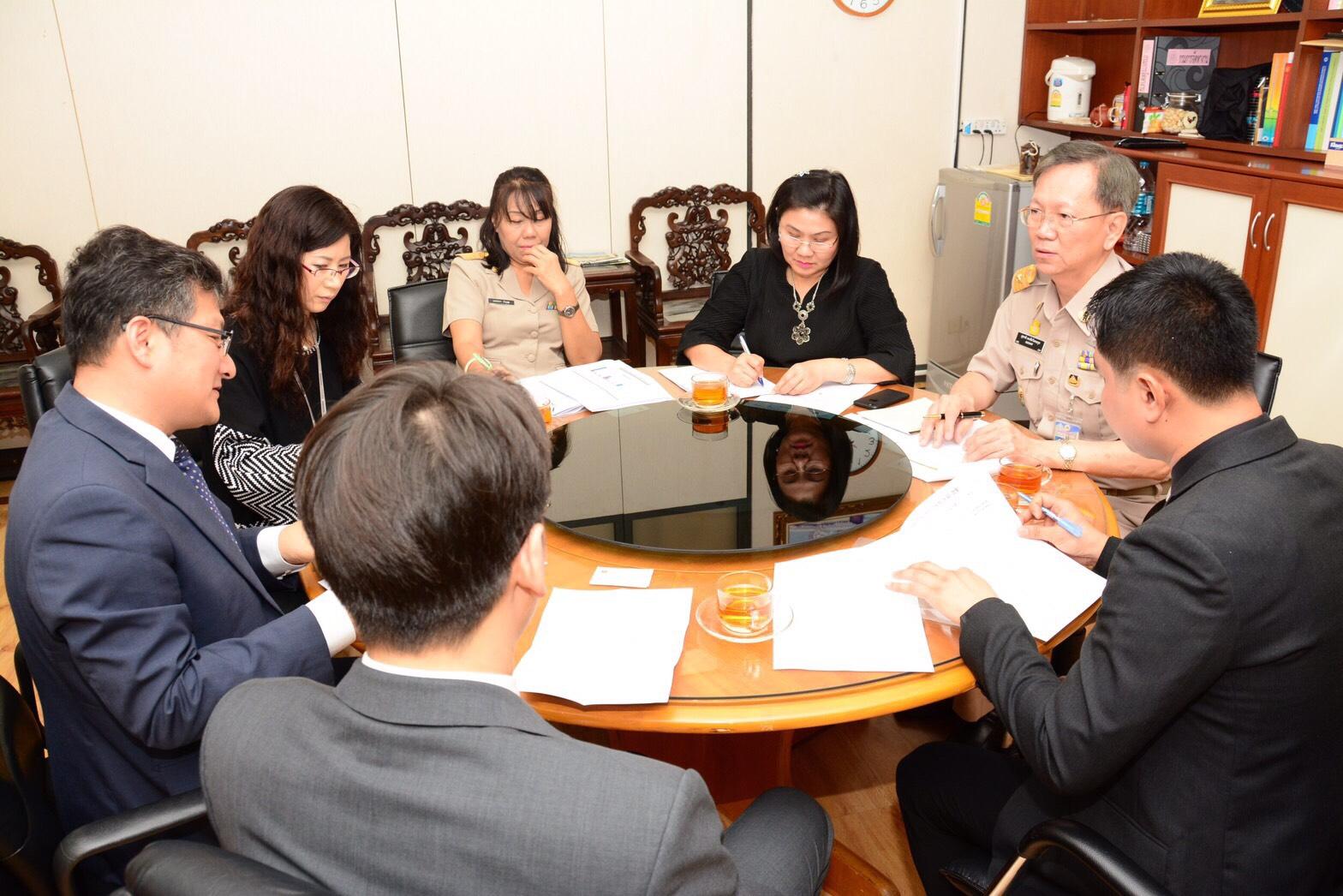 นายสุชาติ พรชัยวิเศษกุล รองอธิบดีกรมการจัดหางาน ให้การต้อนรับ Mr. Kang Kyung Pyo ที่เข้าเยี่ยมคารวะในโอกาสเข้ารับตำแหน่ง Economic & Financial Attache สถานเอกอัครราชทูตสาธารณรัฐเกาหลีประจำประเทศไทย และในโอกาสนี้ได้หารือร่วมกันในประเด็นเกี่ยวกับการจัดส่งแรง