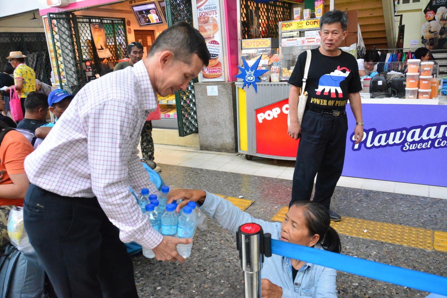 ร่วมส่งแรงงานไทยกลับบ้านช่วงเทศกาลสงกรานต์ ตามโครงการส่งแรงงานไทยกลับบ้านช่วงเทศกาลสงกรานต์ ประจำปี 2561 ซึ่งสำนักงานจัดหางานกรุงเทพมหานครพื้นที่ 1 จัดขึ้น ณ สถานีรถไฟกรุงเทพฯ หัวลำโพง กรุงเทพมหานคร