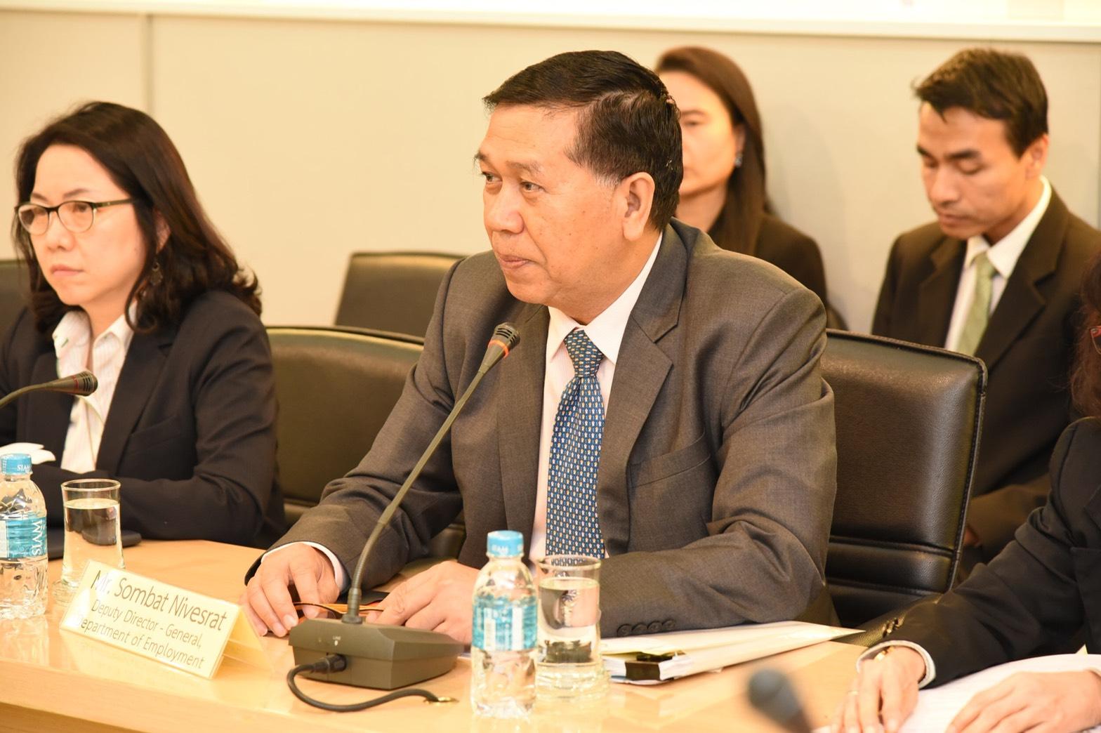 นายสมบัติ  นิเวศรัตน์ รองอธิบดีกรมการจัดหางาน ให้การต้อนรับ Mr. Jae Yoo Lee ผู้อำนวยการศูนย์บริการตรวจคนเข้าเมืองแห่งสาธารณรัฐเกาหลี และคณะ