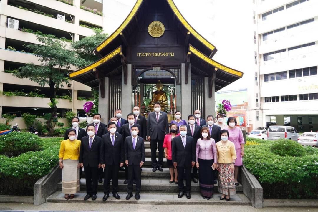อธิบดีกรมการจัดหางาน ร่วมสักการะสิ่งศักดิ์สิทธิ์เนื่องในวันคล้ายวันสถาปนากระทรวงแรงงาน ประจำปี 2564