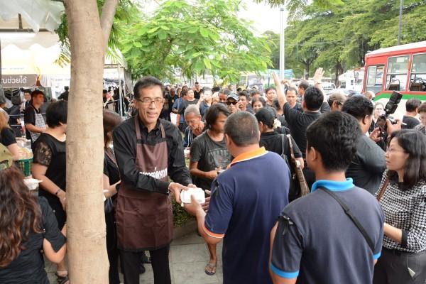 กรมการจัดหางานให้บริการประชาชน ณ เต้นท์กระทรวงแรงงาน มีประชาชนมารับบริการเป็นจำนวนมาก