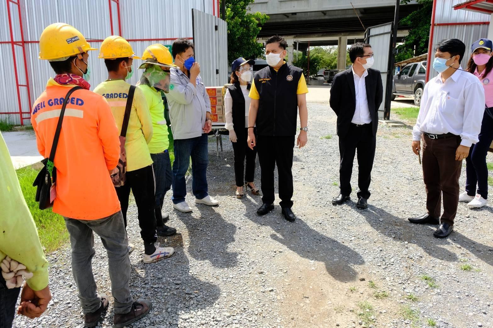 รมว.แรงงาน มอบ อธิบดีกรมการจัดหางาน ลงพื้นที่แจกอาหารแรงงานในแคมป์ก่อสร้างย่านจัตุจักร