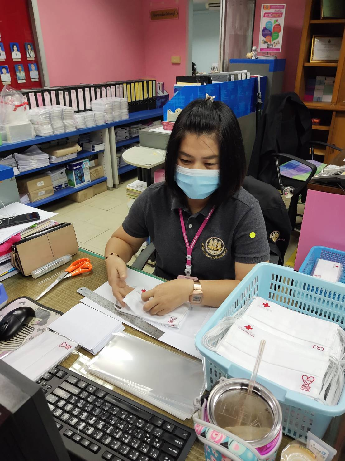 เจ้าหน้าที่สำนักงานจัดหางานช่วยกันแพคหน้ากาก