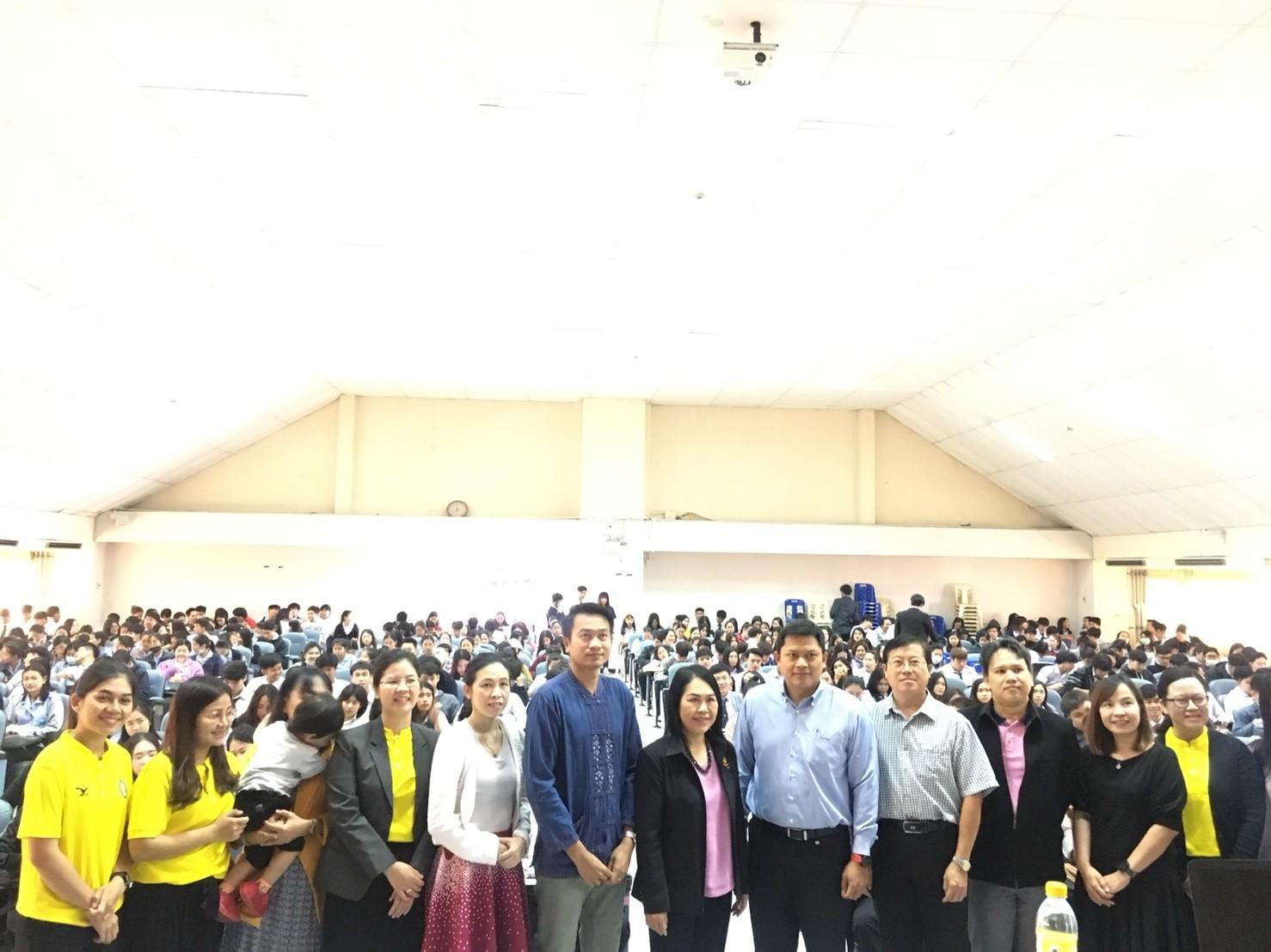 บรรยายให้ความรู้ ในหัวข้อ การเตรียมความพร้อมในการทำงานสู่อาเซียนให้แก่นักศึกษา