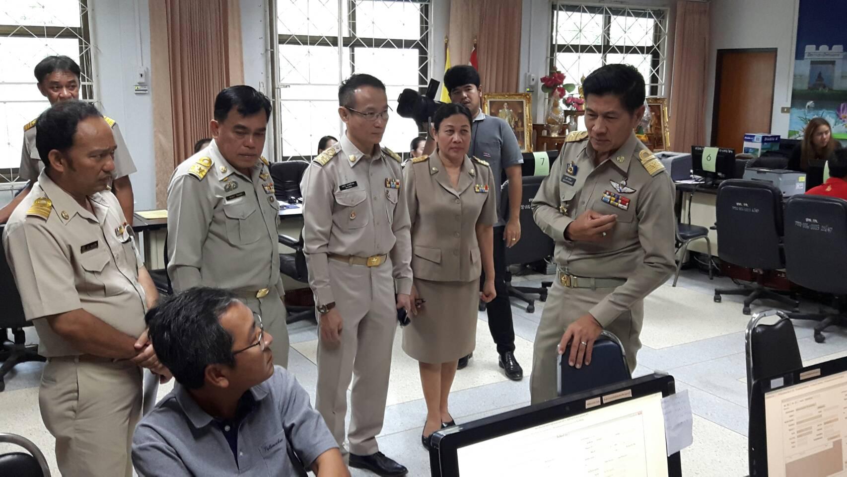 รองผู้ว่าราชการจังหวัดกาญจนบุรีเยี่ยมศูนย์รับแจ้งการทำงานของคนต่างด้าวจังหวัดกาญจนบุรี