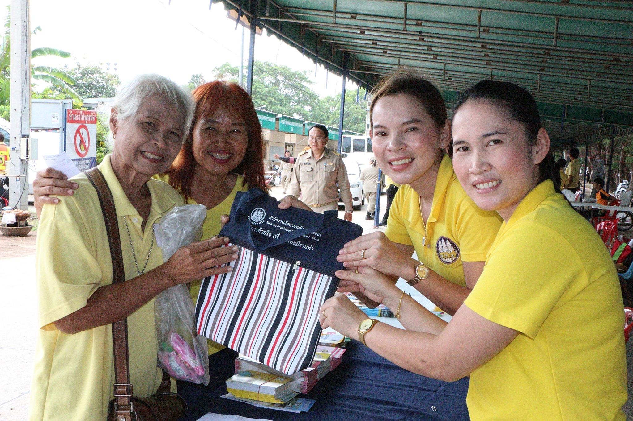 จังหวัดระยองจัดโครงการ หน่วยบำบัดทุกข์ บำรุงสุข สร้างรอยยิ้ม คืนความสุขให้ประชาชน ครั้งที่ 9/2562