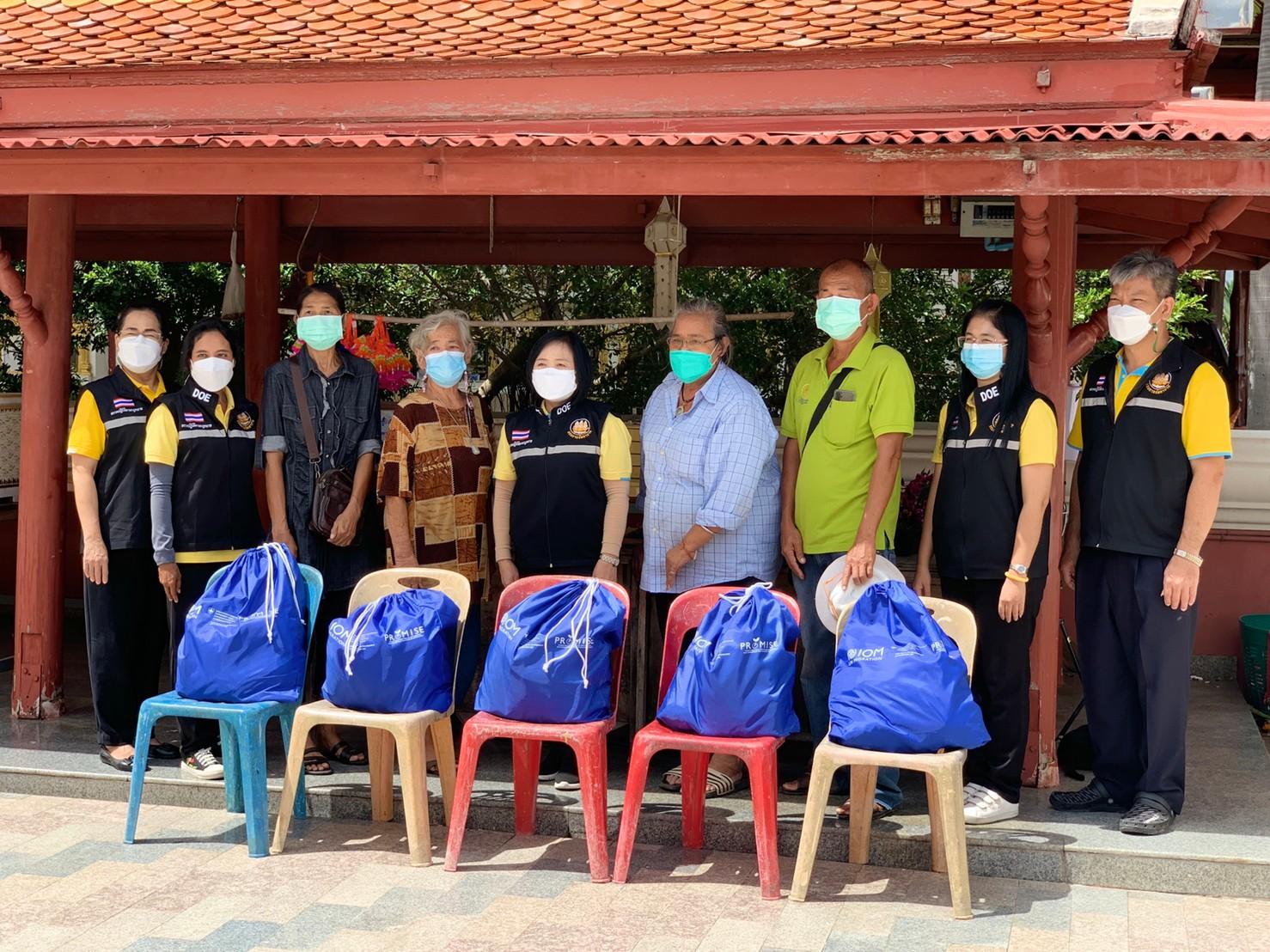 จัดหางานจังหวัดนครปฐม มอบถุงยังชีพกลุ่มผู้รับงานไปทำที่บ้าน