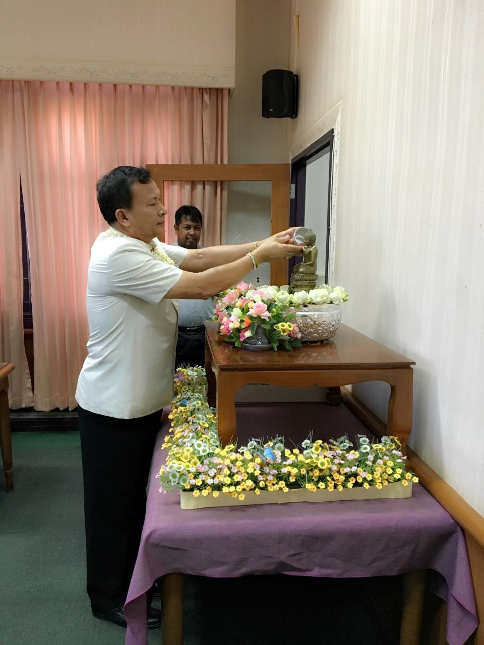 รดน้ำดำหัวท่านจัดหางานจังหวัด เพื่อคารวะ และขอพรเนื่องในโอกาสวันขึ้นปีใหม่ไทย