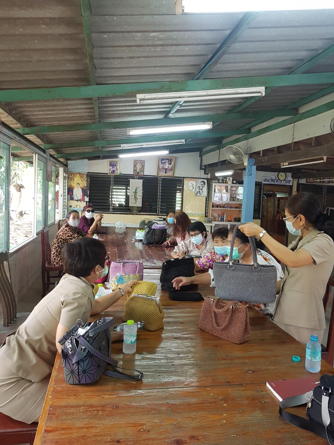 เปิดโอกาสแลกเปลี่ยนความคิดเห็นในการฝึกอาชีพการทำกระเป๋าเชือกถักของกลุ่มแม่บ้าน คลอง 9