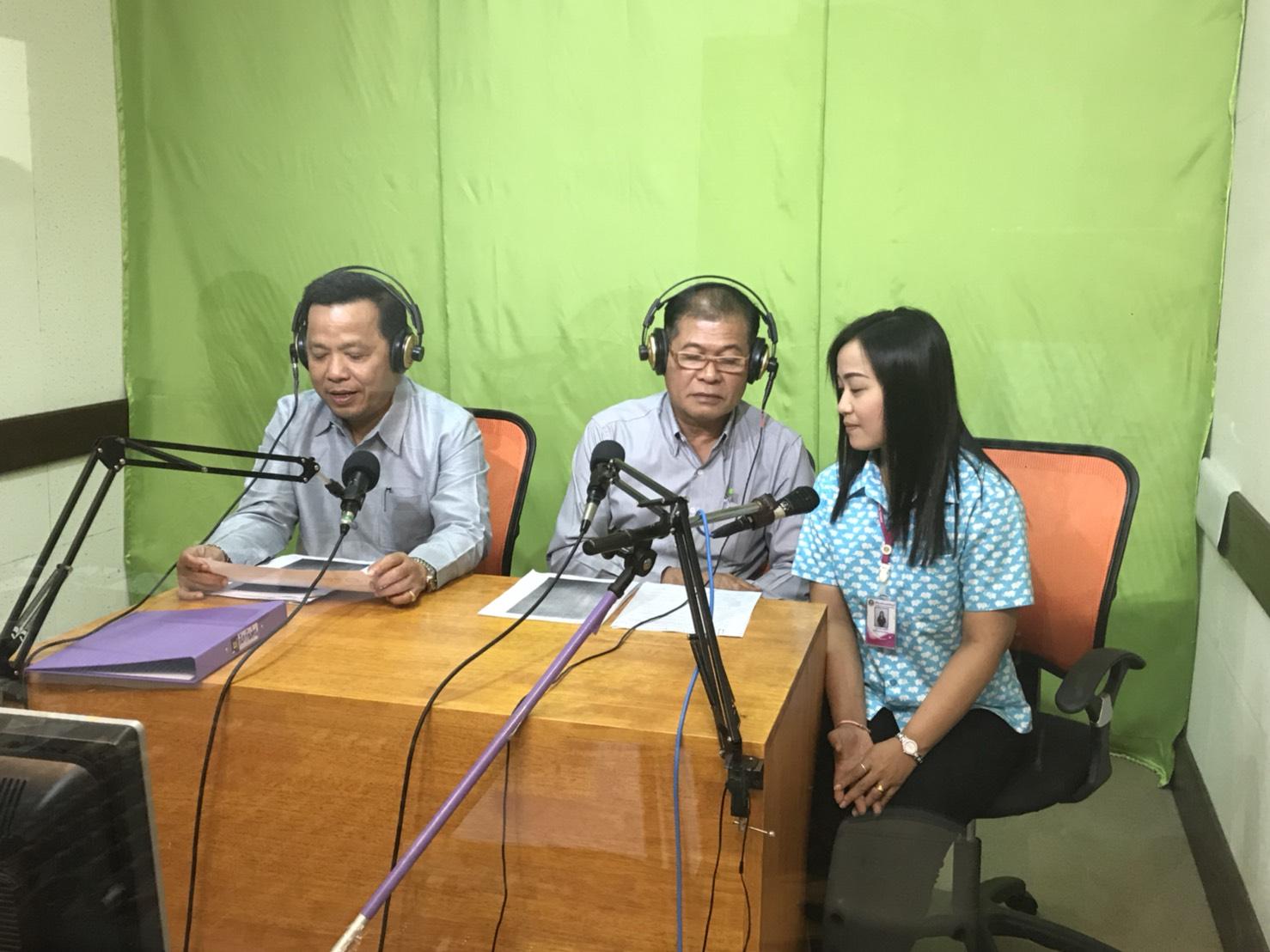 จัดหางานจังหวัดระนอง พร้อมด้วยแรงงานจังหวัด และล่ามแปลภาษาพม่า ให้สัมภาษณ์รายการวิทยุของ สวท.